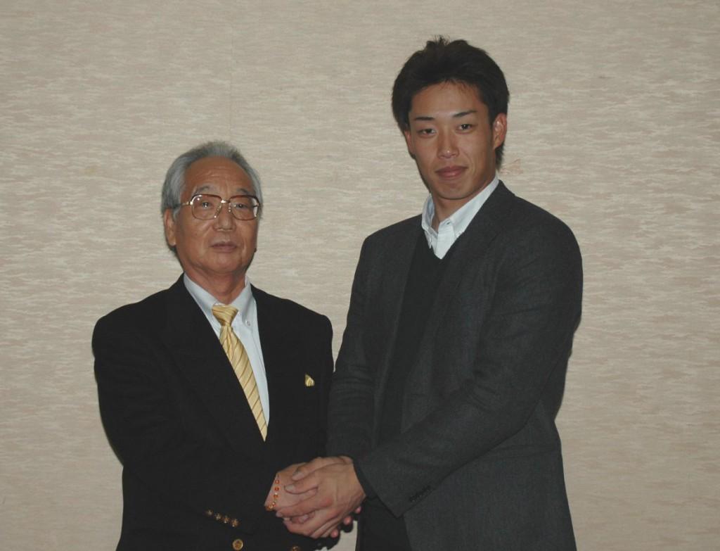 佐久間後援会会長とがっちり握手