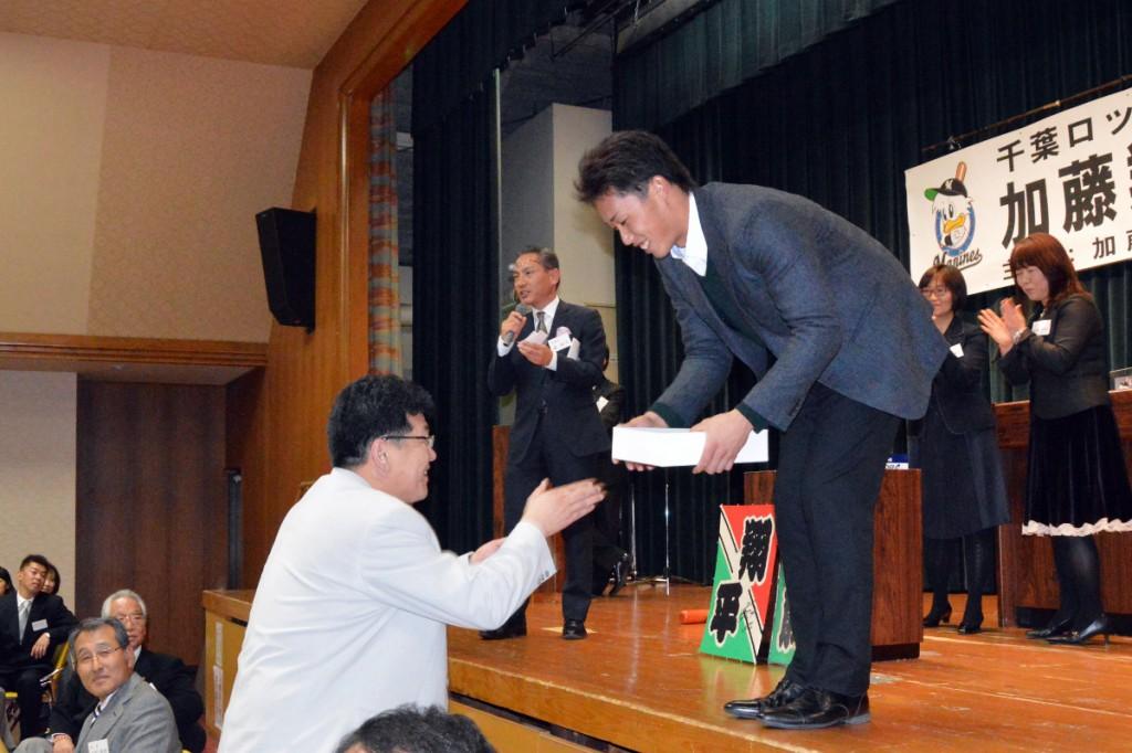 直筆サインを添えて加藤翔平選手から直接贈呈