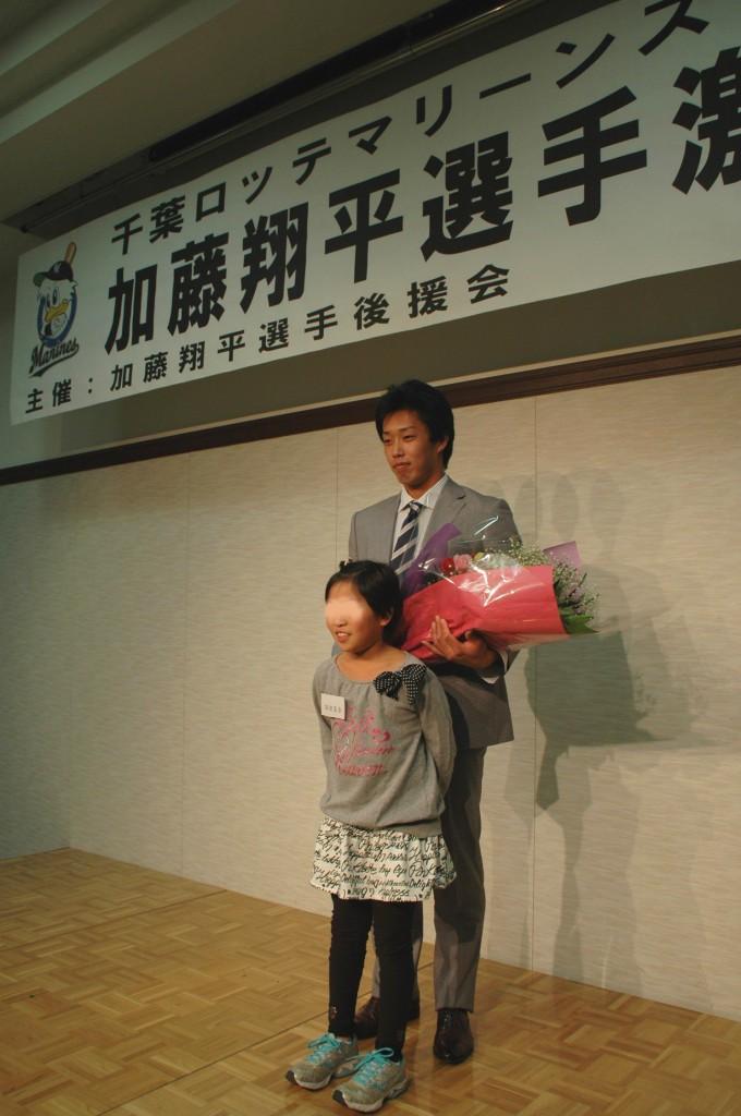 抽選で花束の贈呈者に選ばれたジュニア会員と記念写真