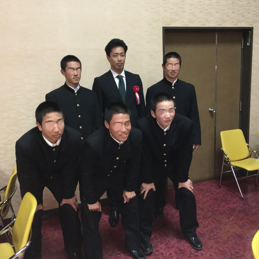 出身校の春日部東高校野球部の現役生と記念撮影 甲子園出場を誓いました